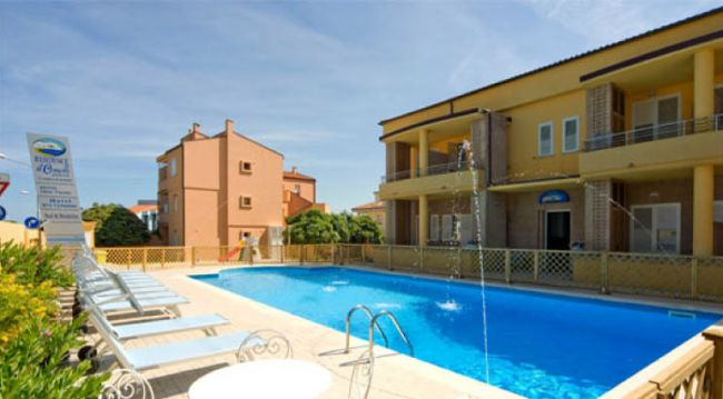 Offerte hotel residence il conero 2 a numana in marche for Piscina osimo
